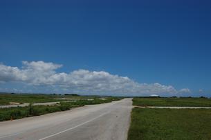 晴天の空と奥に続く直線道路の写真素材 [FYI02978040]