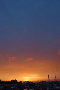 オレンジと青の空とシルエットの街の写真素材 [FYI02978041]