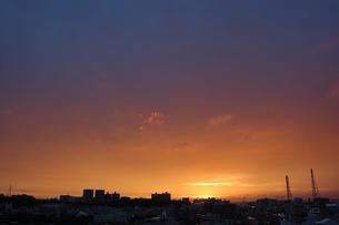 オレンジと青の空とシルエットの街の写真素材 [FYI02978042]