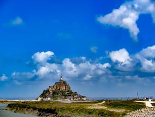 モン・サン・ミシェルの青い空の写真素材 [FYI02978048]