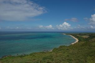 エメラルドグリーンの海と緑に覆われた島の写真素材 [FYI02978049]