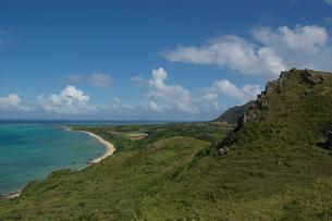 エメラルドグリーンの海と緑に覆われた島の写真素材 [FYI02978052]