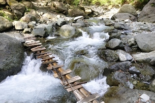 渓流に架かる橋の写真素材 [FYI02978140]