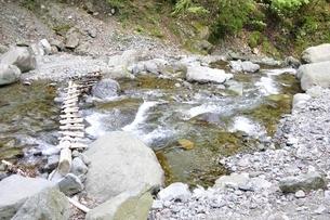 渓流に架かる橋の写真素材 [FYI02978142]