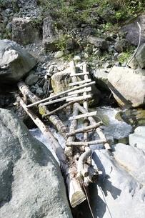 渓流に架かる橋の写真素材 [FYI02978151]