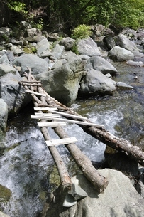 渓流に架かる橋の写真素材 [FYI02978177]