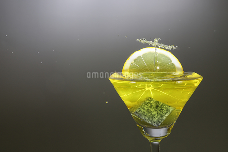 グラスの中のスプラッシュの写真素材 [FYI02978185]