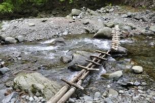 渓流に架かる橋の写真素材 [FYI02978549]