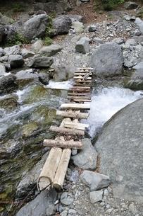 渓流に架かる橋の写真素材 [FYI02978553]