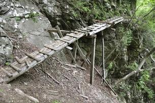 山道に架かる古い橋の写真素材 [FYI02978556]