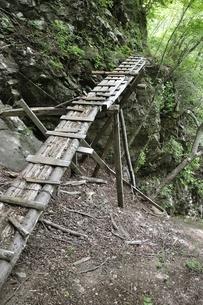 山道に架かる古い橋の写真素材 [FYI02978558]