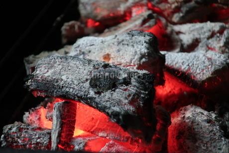 バーベキューコンロの中で燃える炭火の写真素材 [FYI02978860]