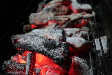 バーベキューコンロの中で燃える炭火の写真素材 [FYI02978863]