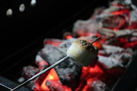 バーベキューコンロの炭火で炙られ焦げたマシュマロの写真素材 [FYI02978864]