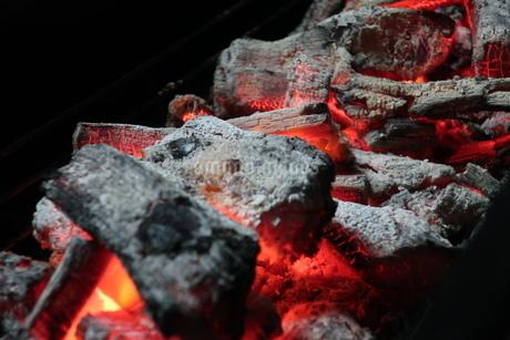 バーベキューコンロの中で燃える炭火の写真素材 [FYI02978869]