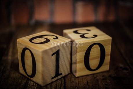 数字が書かれたブロック(レンガ背景)の写真素材 [FYI02978871]