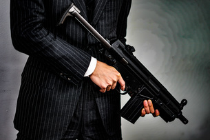 マシンガンを持つ戦うビジネスマンの写真素材 [FYI02978909]
