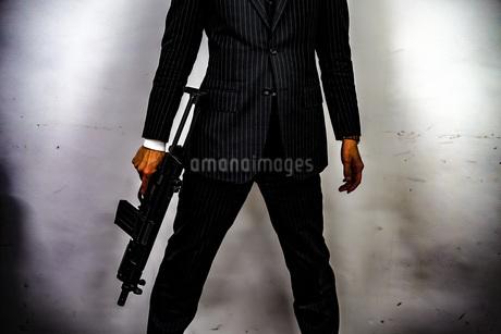 マシンガンを持つ戦うビジネスマンの写真素材 [FYI02978910]
