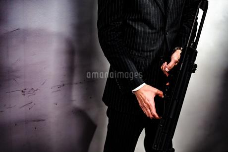マシンガンを持つ戦うビジネスマンの写真素材 [FYI02978914]