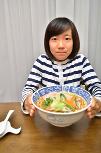 ラーメンを食べる女の子の写真素材 [FYI02978915]