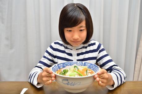 ラーメンを食べる女の子の写真素材 [FYI02978916]