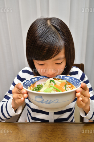 ラーメンを食べる女の子の写真素材 [FYI02978917]