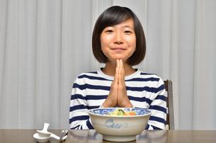 ラーメンを食べる女の子の写真素材 [FYI02978918]