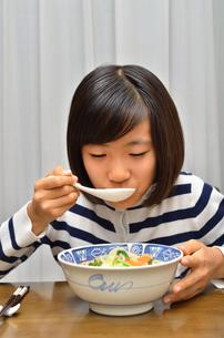 ラーメンを食べる女の子の写真素材 [FYI02978919]