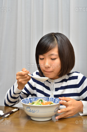 ラーメンを食べる女の子の写真素材 [FYI02978920]