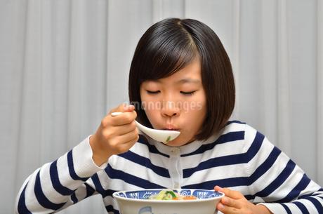 ラーメンを食べる女の子の写真素材 [FYI02978921]
