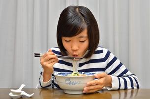 ラーメンを食べる女の子の写真素材 [FYI02978923]