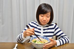 ラーメンを食べる女の子の写真素材 [FYI02978924]