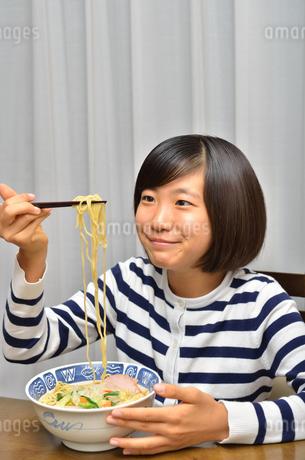 ラーメンを食べる女の子の写真素材 [FYI02978925]