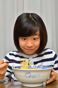 ラーメンを食べる女の子の写真素材 [FYI02978926]