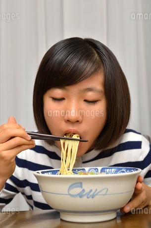 ラーメンを食べる女の子の写真素材 [FYI02978927]