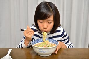 ラーメンを食べる女の子の写真素材 [FYI02978928]