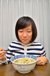 ラーメンを食べる女の子の写真素材 [FYI02978929]