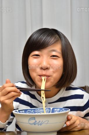 ラーメンを食べる女の子の写真素材 [FYI02978930]