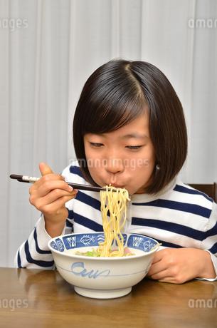 ラーメンを食べる女の子の写真素材 [FYI02978931]