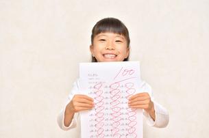 テストで100点を取って喜ぶ女の子の写真素材 [FYI02978933]