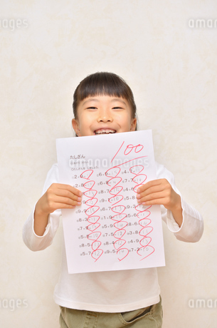 テストで100点を取って喜ぶ女の子の写真素材 [FYI02978934]