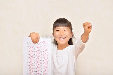 テストで100点を取って喜ぶ女の子の写真素材 [FYI02978936]