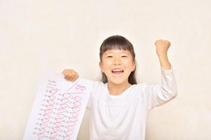 テストで100点を取って喜ぶ女の子の写真素材 [FYI02978937]