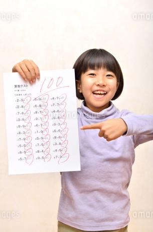 テストで100点を取って喜ぶ女の子の写真素材 [FYI02978939]