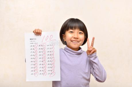 テストで100点を取って喜ぶ女の子の写真素材 [FYI02978940]