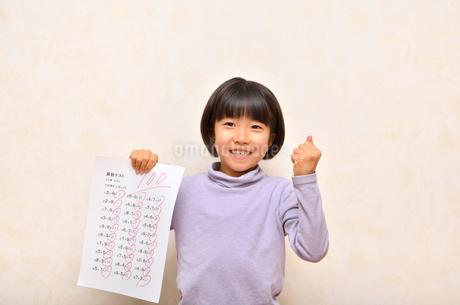 テストで100点を取って喜ぶ女の子の写真素材 [FYI02978942]