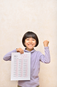 テストで100点を取って喜ぶ女の子の写真素材 [FYI02978943]