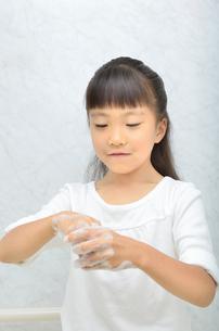 手を洗う女の子の写真素材 [FYI02978957]