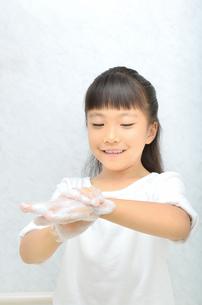 手を洗う女の子の写真素材 [FYI02978958]