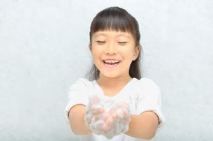 手を洗う女の子の写真素材 [FYI02978959]